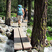 Diverse Brücken führen über wilde Bergbäche.