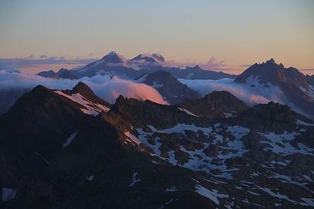 Wolken wie Walzen drangen vom Urserental und Obergoms ins Val Bedretto.<br /><br />Rechts ist der Pizzo Rotondo (3192,0m), in der Mitte am Horizont stehen der Galenstock (3586m) und der höchste Urner Dammastock / Winterberg (3630,3m). Vor dem Dammastock ist in der Bildmitte das Chüebodenhorn (3069,9m). Ganz vorn ist der Pizzo Fiorina (2925m), links im Bild das Marchhorn (2962,0m) und sein Südgipfel P.2952m.