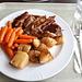 <b>Pranzo con punta piatta di vitello, patate al forno e verdure.</b>