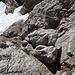 """Im Aufstieg zum Hohen Dachstein (via Randkluftsteig) - Rückblick auf die Stelle, an der sich beide Steige vereinigen: Der Randkluftsteig kommt von """"links unten"""", der Schulteranstieg von """"links oben"""". Da sich letzterer noch ein Stück unter Schnee versteckt, ist momentan (vorübergehend) offenbar ein Fixseil angebracht."""