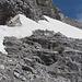 Sicht die Rampe hinauf - zwischen Schneefeld und Felswand konnte ich (mit Helm - ACHTUNG: Steinschlag) die ersten paar Meter aufsteigen ohne gegen die Felswand zur Rechten abgedrängt zu werden.