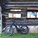 <b>Parcheggiata l'auto al Posteggio Cacciatori, 215 m dopo il nucleo del villaggio, mi preparo per la pedalata ad una temperatura alla quale non sono più abituato da tempo: 9°C. <br />Buon primo compleanno bike!</b>