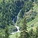 gegenüber (leider etwas entfernt) ist wohl der spektakulärste Wasserfall des Tales