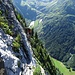 ... doch ist erst eine weitere Querung zu bewältigen; am unteren Bildrand ein weiterer Klettersteiggeher