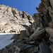 hier bin ich beim Aufstieg neben dem Schneefeld in den Felsen.