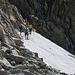 """es ist eine Gruppe """"Einheimischer"""" Wanderer beim Aufstieg über das Schneefeld, ich habe sie später auf dem Gipfel getroffen."""