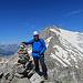 Gipfelfoto auf dem Piz Ault mit dem Oberalpstock im Hintergrund