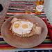 <b>Pausa pranzo in un grotto di San Vittore: polenta nostrana con uova e formaggio.</b>