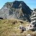 Aussicht vom Hohliecht (2102m) mit dem eigens gebauten Gipfelsteinmann auf den Widderfeld Stock (2351m).