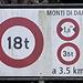 <b>Parcheggiata l'auto alla barriera della strada per il Gesero, alle 6:50 mi avvio in direzione del Ponte Traversagna (290 m), dopo il quale inizia la salita lungo la Strada Consortile Monti di Daro, asfaltata e larga 1,8 m, che si snoda in una fitta faggeta. </b>