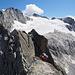 dalla piccola cima della Punta da l'Albigna bisogna abbassarsi lungo un'esile ed esposta lama per poi traversare fino alla seconda cima, più spaziosa, dove si trova la prima calata