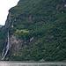 In der Bildmitte, hoch oben neben den Wasserfällen, eine verlassene Farm. Man hat festgestellt, dass die Felsen jederzeit oder in den nächsten tausend Jahren abstürzen können, und einen Tsunami im Ford verursachen werden.