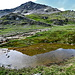 Le Pazolastock se reflète dans un des nombreux points d'eau