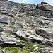 Die zweite gesichere Felsstufe besteht aus glatten Gletscherschliffplatten. Die Ketten sind gut zu sehen und sie enden direkt beim privaten Refuge du Giétro (2565m).