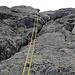 Abseilen vom Gipfel :-) Rechts vom Seil sieht man die Winkel an der Wand.