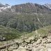 Im Abstieg vom Rifugio Vittorio Emanuele II - Talblick. Weiter unten sind noch einige Wegstücke zu erahnen, hinten dürfte die Cima della Roley zu sehen sein.