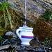 ..... während noch weiter oben ein Älpler ein Boccalino bereit gestellt hat, damit sich die durstigen Aufsteiger einfacher bedienen können ....