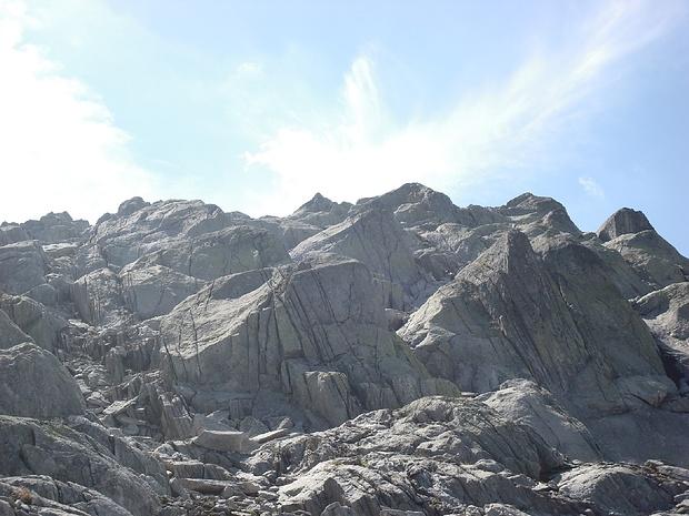 Im oberen Teil kann der Schwierigkeitsgrad den eigenen Fähigkeiten angepasst werden. Ich bin in Bildmitte über die Felsen im II Grad geklettert. Das gelände eignet sich auch hervorragend als Alpinklettergarten.