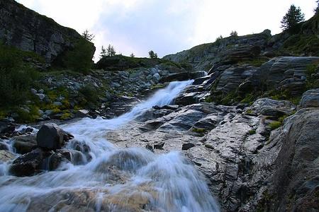"""Ein erster Bach überquerte ich auf einer kleinen Brücke nach etwa 200 Höhenmeter Aufstieg im Hang mit dem passenden Namen """"Chalti Wasser""""."""