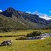 Beginn der Wanderung. Links Nevado Pisco, rechts Chacraraju.