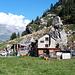 <b>La tappa d'obbligo è all'Alpe Bolla-Carassina (1717 m) per acquistare del formaggio stagionato e formaggio fresco di due mesi. La pausa è dovuta anche per fotografare la cantina, ricavata sotto un enorme macigno che incombe alle spalle della baita: da solo merita la gita. </b>