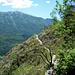 Gehgelände: die Querung des Schuttkegels Richtung Süd (links herum) zur Schulter in 675m Höhe (alter Einstieg in den Klettersteig)