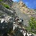Im Anstieg unterhalb des Felskopfs - gibt es gut zu kletterden Fels, aber auch den ersten Steinschlag ausgelöst von weiter oben...