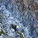 """Im untersten Teil der steilen Felsflanke passiert der alpine Bergweg eine Felsschlucht. Neben einer kurzen Stelle beim Einstieg ist dies der einzige kettengesicherte Teil des """"Schweizerweges"""" auf die Schesaplana."""