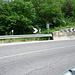 Die oberste Kehre der SS237 Bundesstrasse nach Ponte Arche - dort drüben geht's weiter...2x Leitplanke (I+).
