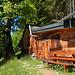 An einer kleinen Lichtung gelegen, bietet sich beim Forsthaus noch eine Verschnaufpause vor dem Gipfelsturm an.