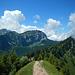 Ausblick vom Hirzli zum Chöpfenberg.<br />Rechts hüllt sich der Grat zum Planggenstock ein wenig in Wolken.