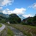 Am Dorfbach entlang spaziert man von der Talstation vor zur Bushaltestelle.