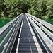 Der Plansee wird auf einer Holzbrücke überquert.