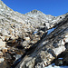 Il sentiero segnato prosegue sulla direttiva del torrente immissario al laghetto