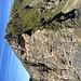 Die im Text beschriebene Felswand mit den schlechten Tritten. Der Weg führt links an dem Felsvorsprung vorbei. (bitte auf Originalgrösse klicken für richtige Orientierung)