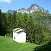 Die Kapelle San Martino war nach schnellem Aufstieg bereits nach knapp 40 min erreicht. Sie ist auch aus dem Val di Concei sichtbar. Darüber der Monte Corno
