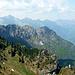 Am späteren Nachmittag, Ausblick von der Bocaa di Val Marza (1868m) am Tremalzopaß. Im Vordergrund die gesamte Tour im Überblick: rechts unten der Sattel Bochèt di Spinera; links darüber die 4 Hauptgipfel des Cornostockes. V.r.n.l. Monte Corno, ?, Pubregn, Cima Casèt. Am Horizont darüber stolz der Monte Cadria.