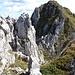 ...bis zu einem deutlichen Felspitz. Die machbare, aber schwierigere Abstiegsmöglichkeit halbrechts der Bildmitte ignoriert man.