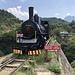 Jablanica - Die mehr als einhundert Jahre alte Lok 73-018 (MÁVAG/Budapest 3286/1913) ist am westlichen Widerlager der Neretva-Brücke abgestellt.