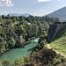 """Jablanica - Blick auf die zerstörte Neretva-Brücke, die eine """"abwechslungsreiche"""" Geschichte aufweist:<br />- 1888 errichtet<br />- 1943 im 2. Weltkrieg von jugoslawischen Partisanen gesprengt, noch im gleichen Jahr in etwas geänderter Form von Deutschen wiedererrichtet<br />- nach der Einstellung des Schmalspurbahnbetriebs 1968 während der Dreharbeiten zum Film """"Schlacht an der Neretva"""" erneut zerstört<br />- 1991 durch Hochwasser zerstört, nachdem während der Nutzung als Denkmal offenbar eine neue Verbindung errichtet wurde."""