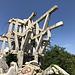 Makljen - Am Denkmal. Obwohl nur die Tragkonstruktion aus Stahlbeton geblieben ist, sind die beeindruckenden Dimensionen des Monumentes noch ersichtlich.