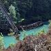 Jablanica - Blick hinunter zur Neretva, wo sich direkt im Fluss bzw. am Ufer Überreste der Brückenkonstruktion befinden.