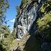 vor der langen Waldpassage an steilen Felswänden vorbei zurück zum Ausgangspunkt