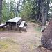 """<b>Area di sosta all'Alpe di Pesciüm. <br />È un posto incantevole che invita ad una pausa per uno spuntino, per una grigliata (la griglia è presente), per riposarsi, per discutere, per consultare carte topografiche,...<br /><img src=""""http://f.hikr.org/files/2538995k.jpg"""" /><br />... o per preparare la raclette (10 novembre 2017).</b>"""