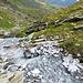Schon wieder im Abstieg, der Bach mit dem hellen Steine. Das Wasser führt wahrscheinlich viel Kalk.