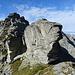 am tiefsten Punkt am Grat steht dieser mächtige Fels