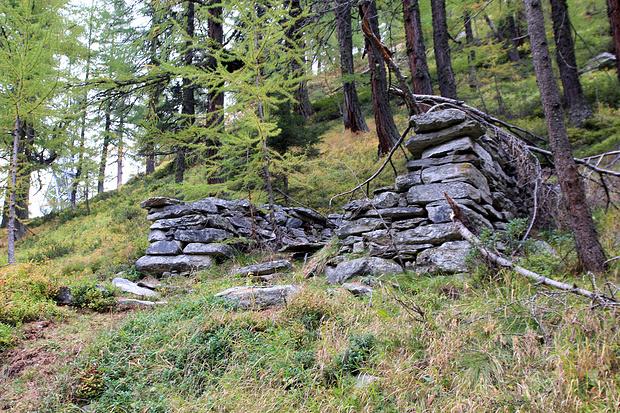 Ruines de l'ancien alpage de Brand.