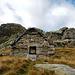 dietro all'alpeggio è ben visibile la cresta che sale alla Cima Basa, ma per raggiungerla è+ necessario aggirare sulla destra il contrafforte roccioso