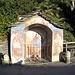 """<b>Cappella Vanoni. <br />È forse la più conosciuta nel comprensorio comunale di Orselina, se si escludono quelle del Sacro Monte. <br />Giovanni Antonio Vanoni era nato nel 1810 a Moghegno. Apprese """"il mestiere"""" a Milano; affrescò molte chiese, cappelle, dipinse ex voto, quasi tutti identificabili per la famosa tonalità blu, detta """"blu Vanoni"""". Sopra la volta della cappella, il cartiglio Giovanni B. Patocchi fece fare per sua devozione 1861. Come lui ci furono altri benefattori che, ritornati d'oltre mare con una certa fortuna, costruirono edicole votive. <br />Sul frontespizio della cappella, a sinistra, si riconosce San Carlo Borromeo nel suo abito cardinalizio. Aveva percorso le valli del Sopraceneri, visitato chiese anche negli angoli più discosti e ad Ascona aveva inaugurato il Collegio Papio alla fine di ottobre del 1584 (morirà alcuni giorni dopo, il 4 novembre). A destra è rappresentato San Bernardo, protettore di Orselina; ha dato il nome al monte omonimo che si raggiunge da piazza di Rocco con la zigzagante mulattiera.</b><br />"""