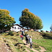 <b>Capanna Lo Stallone (1480 m).<br />C'è una forte affluenza di escursionisti provenienti d'oltralpe, i ragazzi godono infatti delle vacanze autunnali. Sembrano tutti gaudenti, allegri e soddisfatti del luogo. </b>